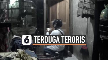 Pasukan Densus 88 dan Polda Jawa Timur menggeledah rumah terduga teroris di Surabaya hari Senin (1/3). Pemilik rumah sebelumnya ditangkap di lokasi berbeda.