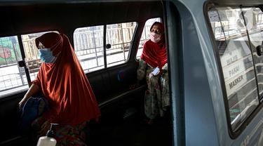 FOTO: PPKM Level 4, Angkutan Umum di Jakarta Terapkan Prokes Ketat