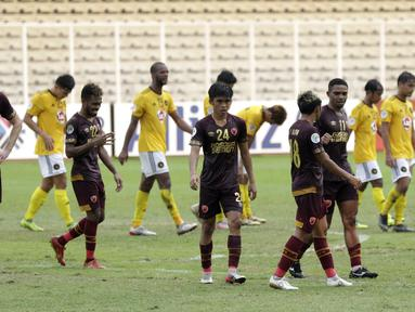 Pemain PSM Makassar tampak kecewa usai ditahan imbang Kaya FC-Iloilo pada laga penyisihan Grup H Piala AFC di Stadion Madya, Jakarta, Selasa (10/3/2020). Kedua tim bermain imbang 1-1. (Bola.com/M Iqbal Ichsan)