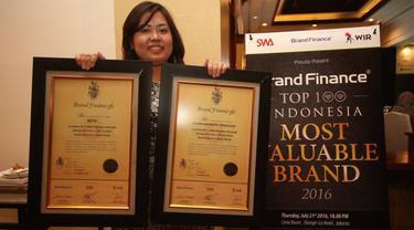 Corporate Secretary PT Elang Mahkota Teknologi Tbk (Emtek Group) Monika Ida Krisnamurti menunjukkan penghargaan yang diterima di Jakarta, Kamis (21/7). Emtek berhasil masuk jajaran Indonesia's Top 100 Most Valuable Brands 2016.