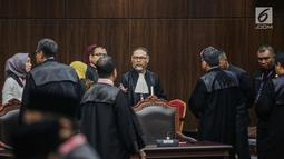 Ketua Tim Hukum Prabowo-Sandiaga, Bambang Widjojanto berbincang usai putusan MK di Gedung MK, Jakarta, Kamis (27/6/2019). MK menolak seluruh gugatan hasil Pilpres 2019 yang diajukan Prabowo Subianto-Sandiaga Uno yang disepakati sembilan hakim konstitusi. (Liputan6.com/Faizal Fanani)