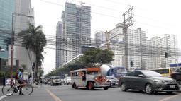 Sebuah mobil Jeepney melintas di antara kemacetan yang terjadi di Manila, Filipina, Jumat (22/11). Jeepney merupakan transportasi umum paling populer dan sudah menjadi ikon di Filipina. (Bola.com/M Iqbal Ichsan)