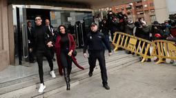 Pemain Juventus Cristiano Ronaldo menggandeng kekasihnya Georgina Rodriguez meninggalkan pengadilan di Kota Madrid, Spanyol, Selasa (22/1). Ronaldo diduga menggelapkan pajak dalam rentang waktu 2011-2014. (AP Photo/Manu Fernandez)