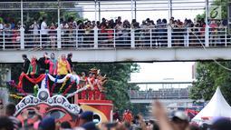 Warga memadati salah satu JPO di ruas Jalan Gajah Mada, Jakarta saat menyaksikan karnaval Cap Go Meh 2018, Minggu (4/3). Beragam atraksi budaya ditampilkan dalam karnaval Cap Go Meh 2018 di kawasan Glodok Jakarta. (Liputan6.com/Helmi Fithriansyah)