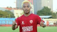 Hamka Hamzah saat menyamar jadi pemain baru di PSM Makassar. (Bola.com/Abdi Satria)