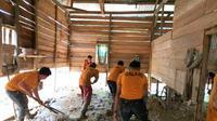 Pemukiman warga Desa Puuroda Kecamatan Uepai Konawe, penuh lumpur usai banjir, Rabu (19/6/2019).(Liputan6.com/Ahmad Akbar Fua)