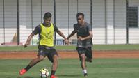 Pemain PSIS Semarang, Frendi Syahputra, disiapkan untuk menggantikan posisi Ibrahim Conteh saat meladeni Persib Bandung. (Bola.com/Ronald Seger Prabowo)