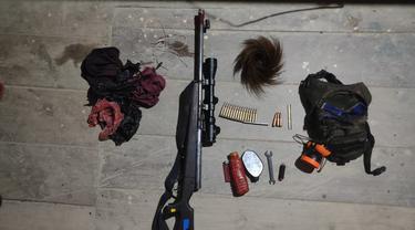 Sejumlah senjata dan amunisi yang disita TNI dari kelompok separatis usai terlibat baku tembak di Intan Jaya, Papua. (dok TNI)