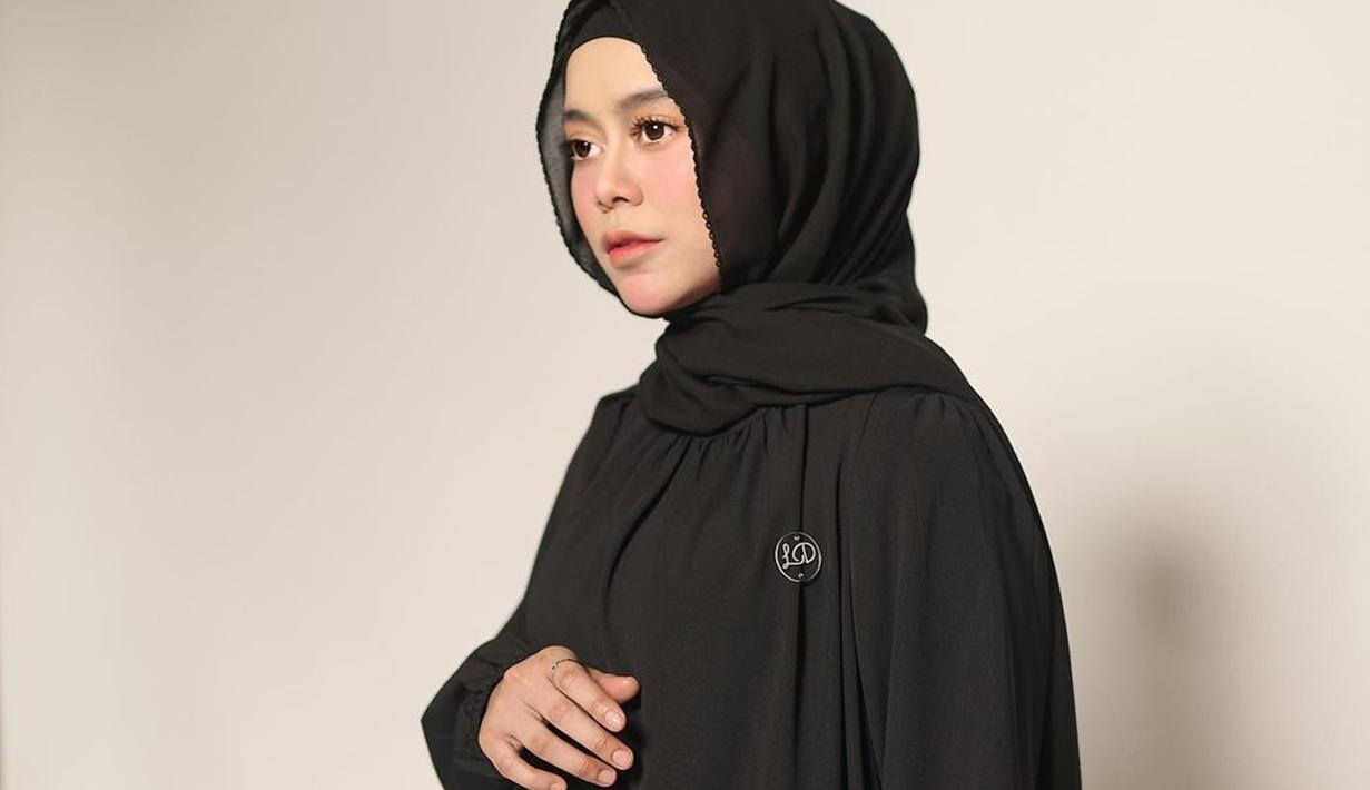 Sering tampil dengan warna-warna pastel, Lesti Andryani atau Lesty Kejora juga tetap tampil memesona dengan balutan outfit dan jilbab serba hitam, (Liputan6.com/IG/@lestykejora)