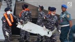 Personil TNI AL menurunkan serpihan pesawat Lion Air PK LQP JT 610 dari KRI Torani di Pelabuhan JICT 2, Jakarta, Kamis (1/11). Pesawat Lion Air PK LQP JT 610 jatuh di perairan utara Karawang pada Senin (29/10) lalu. (Liputan6.com/Helmi Fithriansyah)