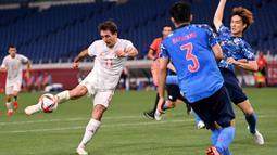 Pada menit ke-32 Spanyol mendapat peluang kedua melalui Mikel Oyarzabal. Menerima umpan dari Oscar Gil hasil kerjasama dengan Pedri, tembakan Mikel Oyarzabal masih melenceng dari gawang Jepang. (Foto: AFP/Jonathan Nackstrand)