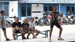 Seorang anak berusaha mengangkat besi disaksikan rekan-rekanya saat berlatih di Padepokan Gajah, sebuah akademi swasta di Pringsewu, Kabupaten Lampung, Sumatera Selatan (7/11). (AFP Photo/GOH Chai Hin)