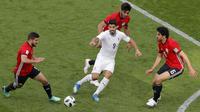 Striker Uruguay, Luis Suarez, berebut bola dengan gelandang Mesir, Sam Morsy, pada laga Piala Dunia di Stadion Ekaterinburg, Jumat (15/6/2018). Uruguay menang 1-0 atas Mesir. (AP/Vadim Ghirda)