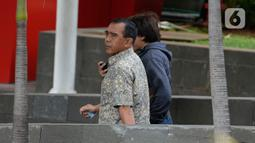 Ketua KONI Pusat, Tono Suratman berjalan meninggalkan Gedung KPK usai menjalani pemeriksan di Jakarta, Selasa (21/1/2020). Tono diperiksa sebagai saksi untuk melengkapi berkas penyidikan tersangka mantan Menteri Pemuda dan Olahraga (Menpora), Imam Nahrawi. (merdeka.com/Dwi Narwoko)
