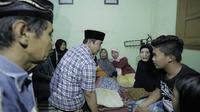 Wali Kota Semarang, Hendrar Prihadi, mengucapkan belasungkawa kepada keluarga salah satu korban pesawat Lion Air JT 610, Joyo Nuroso, di Kampung Batik, Kota Semarang, Senin (29/10 - 2018) malam. (Istimewa/Humas Pemkot Semarang)