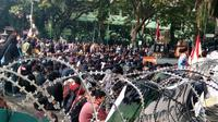 Pagar kawat berduri dipasang sebagai antisipasi aksi demo mahasiswa di depan gedung DPRD Kota Malang (Liputan6.com/Zainul Arifin)