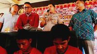 Dua polisi gadungan ditangkap personel Polsek Limapuluh, Pekanbaru, setelah berusaha memeras warga. (Liputan6.com/M Syukur)