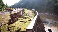 Jalan utama Kabupaten Kuningan ke Cirebon di Desa Waled Asem, Kecamatan Waled, Kabupaten Cirebon, longsor pada Minggu (22/4/2017) sore. (Liputan6.com/Panji Prayitno)