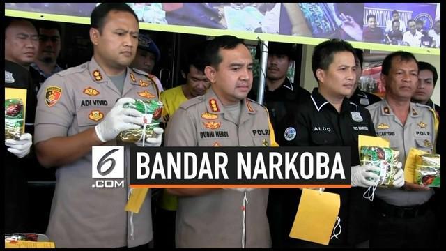 Berkat laporan pemilik seorang bandar sabu ditangkap polisi bersama barang bukti 10 kg sabu yang disimpan secara terpisah di kamar kos. Barang haram tersebut dibungkus rapi dan siap diedarkan di Jabodetabek.