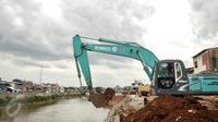 Pekerja menyelesaikan proyek normalisasi sungai Ciliwung di kawasan Bukit Duri, Jakarta, Rabu (8/2). Normalisasi sungai Ciliwung terus dikebut, pihak kontraktor terus menyelesaikan sheetpile dan dinding parapet.(Liputan6.com/Yoppy Renato)