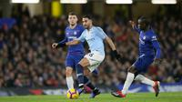 Gelandang Manchester City, Riyad Mahrez menggiring bola dari kawalan pemain Chelsea Ngolo Kante dan Mateo Kovacic selama pertandingan Liga Premier Inggris di Stamford Bridge di London (8/12). Chelsea menang 2-0 atas City. (AP Photo/Tim Ireland)