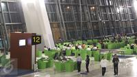 Aktivitas pekerja dan calon penumpang di ruang tunggu Terminal 3 Ultimate, Bandara Soekarno-Hatta, Tangerang, Banten, Selasa (9/8). Seperti diketahui sekitar pukul 00.01 WIB, terminal 3 resmi beroperasi. (Liputan6.com/Immanuel Antonius)