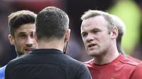 Wayne Rooney meminta Tyrone Mings dihukum berat setelah menginjak kepala Zlatan Ibrahimovic. (AFP/Oli Scarf)