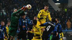 Kiper Atalanta Etrit Berisha melakukan penyelamatan saat menjamu Borussia Dortmund pada leg kedua babak 32 besar Liga Europa di MAPEI Stadium Citta del Tricolore , Jumat (23/2). Dortmund lolos ke babak 16 besar usai bermain imbang 1-1 (Vincenzo PINTO/AFP)
