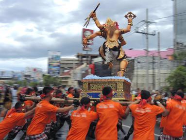 Ogoh-Ogoh diarak saat atraksi Karnaval Seni Budaya Lintas Agama di kawasan Jalan Pemuda  Semarang, Minggu (25/3). Lima ogoh-ogoh yang didatangkan dari Bali ikut memeriahkan acara ini. (Liputan6.com/Gholib)