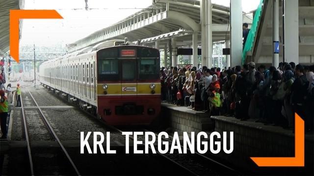 Sejak Jumat (12/4) pagi terjadi penumpukan penumpang Kereta Rel Listrik di sejumlah stasiun dari arah Bekasi. Apa penyebabnya?