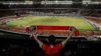 Seorang suporter memberikan dukungan saat laga persahabatan antara Timnas Indonesia melawan Islandia di Stadion Utama Gelora Bung Karno, Jakarta, Minggu (14/1/2018). Timnas Indonesia kalah 1-4 dari Islandia. (Bola.com/M Iqbal Ichsan)