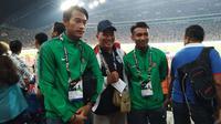 Hansamu Yama dan M. Hargianto diajak berfoto suporter Timnas Indonesia di tribune VIP Stadion Shah Alam, Selangor, Sabtu (26/8/2017). (Liputan6.com/Cakrayuri Nuralam)