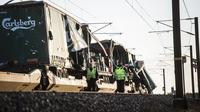 Kereta di Great Belt Bridge di Denmark dihantam objek keras. (AP)