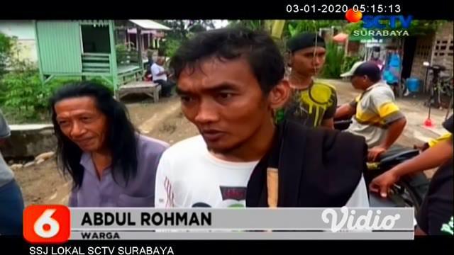 Geram jalan yang rusak tak kunjung diperbaiki, sejumlah warga di Jombang, Jawa Timur, menanami jalan rusak dengan pohon pisang, pada Kamis siang. Aksi tersebut dilakukan, sebagai bentuk protes warga.