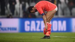 Gianluigi Buffon melepaskan celananya di lapangan hijau Stadion Turin usai kalah menghadapi Barcelona di laga 16 besar Liga Champions 2017 lalu. ( AFP/Marco Bertorello )