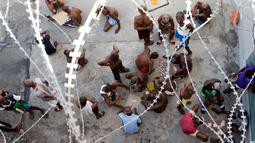 Para tahanan bermain saat mengisi waktu istirahat di dalam Lapas Nasional di pusat kota Port-au-Prince, Haiti, (13/2). Banyaknya narapidana yang belum menjalani sidang putusan tetapi harus ditahan membuat kamar tahanan penuh. (AP Photo/Dieu Nalio Chery)