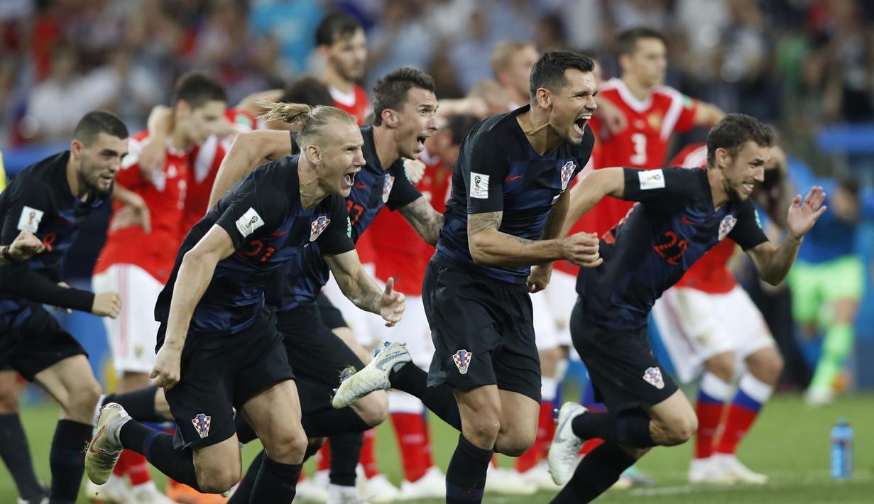 Para pemain Kroasia merayakan kemenangan atas Rusia pada laga perempat final Piala Dunia di Stadion Fisht, Sochi, Sabtu (7/7/2018). Kroasia menang 2-2 (4-3) atas Rusia. (AP/Darko Bandic)