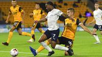 Penyerang Manchester City, Raheem Sterling, dihadang pemain Wolverhampton Wanderers, Conor Coady, pada laga Liga Inggris di Stadion Molineux, Senin (21/9/2020). Manchester City menang dengan skor 3-1. (Stu Forster/Pool via AP)