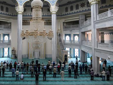 Jemaah salat di Masjid Katedral Moskow, Rusia, Kamis (23/5/2019). Masjid yang dibangun pada tahun 1904 ini selalu ramai oleh aktivitas umat muslim selama Ramadan. (Kirill KUDRYAVTSEV/AFP)