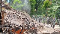 Personel Paskhas TNI AU pada Senin, 12 April 2021 membantu merobohkan rumah - rumah warga yang rusak dan rawan ambruk terdampak gempa di Malang (Liputan6.com/Zainul Arifin)