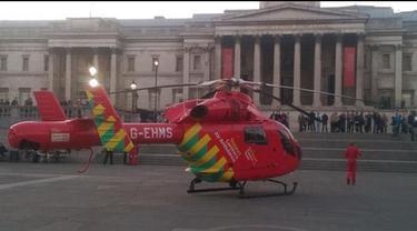 Sebuah helikopter ambulans  terbang dengan ketinggian rendah  dan mendarat di  Trafalgar square. Helikopter ambulans tersebut rupanya tengah menyelamatkan seorang wanita yang jatuh dari patung singa di kaki Column Nelson.