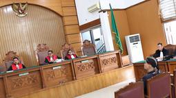 Suasana sidang lanjutan kasus ujaran kebencian terdakwa Ahmad Dhani di Pengadilan Negeri Jakarta Selatan, Senin (2/7). Sidang tersebut menghadirkan saksi dari jaksa dan saksi meringankan dari Ahmad Dhani. (Liputan6.com/Immanuel Antonius)
