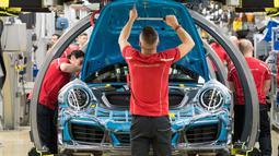 Karyawan bekerja merakit mobil sport Porsche 911 di pabrik Porsche di Stuttgart, Jerman (26/1). sebanyak 21 ribu karyawan akan mendapatkan bonus dengan nilai yang sama, yaitu 9.111 euro atau lebih dari Rp 130 juta. (AFP Photo/Thomas Kienzle)