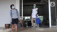 Warga meninggalkan ruangan usai menjalani isolasi mandiri bagi pasien positif OTG di Rumah Lawan Covid-19 Tangerang Selatan, Jumat (1/1/2021). Sebanyak 113 Pasien OTG  dirawat di rumah melawan Covid-19 di kawasan Tangsel dan enam pasien dinyatakan sembuh dan dipulangkan. (merdeka.com/ Arie Basuki)