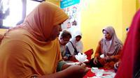Melihat terapi Orang dengan Gangguan Jiwa (ODGJ) di Puskesmas Gitik Banyuwangi pada Senin (30/9/2019) berupa latihan membuat kerajinan tangan. (Liputan6.com/Fitri Haryanti Harsono)