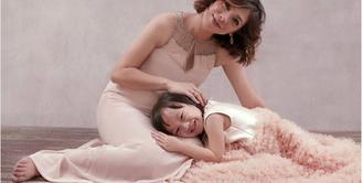 Pasangan Amanda Omesh dan Dian Ayu tengah menanti kelahiran anak keduanya. Kehamilan presenter itu kini berusia 33 Minggu. Pasangan ini juga melakukan foto meternity. (Instagram/dianayulestari)