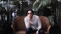 Aktor kelahiran 9 April 1995 ini juga sering menggunakan kemeja yang dipadukan dengan celana jeans. Gaya OOTD Omar Daniel ini pun terlihat kasual namun tetap memesona. (Liputan6.com/IG/@ omardaniel_)