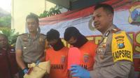Polres Kediri mengamankan dua pemuda lantaran telah memperkosa seorang gadis dalam keadaan mabuk secara bergiliran. (Liputan6.com/ Dian Kurniawan)