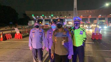 Personil Korlantas Polri Berjaga Di Pos Penyekatan Gerbang Tol Cikupa. (Selasa, 11/05/2021). (Dokumentasi Korlantas Polri).).
