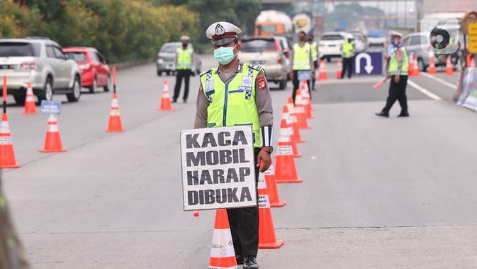 Petugas kepolisian saat melakukan pengecekan SIKM  terhadap kendaran yang akan memasuki  Jakarta di gerbang tol Cikupa, Rabu (27/5/2020). Masyarakat wajib menunjukan SIKM bila ingin kembali atau memasuki Jakarta, Hal tersebut bertujuan untuk menekan penyebaran Covid-19. (Liputan6.com/Angga Yuniar)